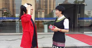 卓简刘湘萍穿民族服装上班已成常态!