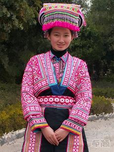 传统织锦绣花妇女苗族服饰定制