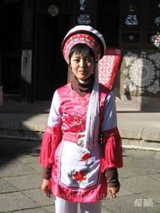 传统红白色调白族服饰定制