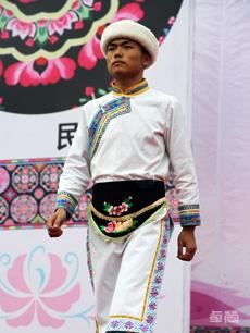 白色麻布长衫羌族服饰定制