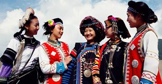 【论哈尼族神话的优美】自然之色的少数民族服装