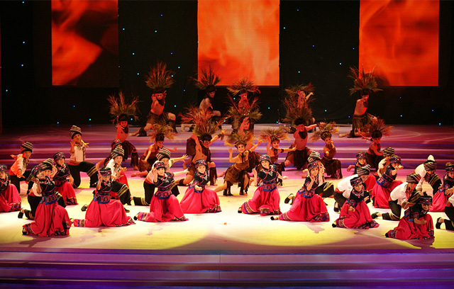 【湘西】太阳树艺术团携手乐虎国际官网  定制演出少数民族服装