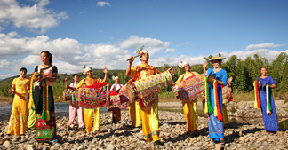 孔雀翎般的傣族服饰