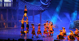 【湖南】 城市学院首次合作 便选择了乐虎国际官网民族特色演出服