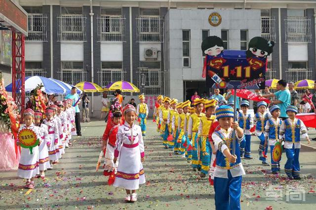 0898read.com为北京黄城根小学提供儿童民族服饰!