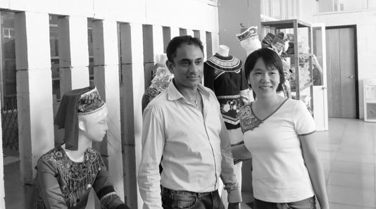 刘湘萍与国外客人在博猫平台代理展厅合影