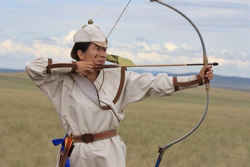 """牛角弓制作是选取水牛角或岩羊角、牛背筋或牛蹄筋和弹性好的竹木材料,用动物胶等纯天然材料黏贴合成,是蒙古民族在古代战争、狩猎和那达慕上所使用的弓箭,曾是蒙古族男子必备的一门技艺,具有浓郁的蒙古族特色。使用牛角弓进行射箭比赛是蒙古民族传统的体育项目之一,也是蒙古族十分喜爱并具有广泛群众基础的一项体育活动。    射箭,是蒙古族传统的""""男儿三技""""的又一项目,在历史上弓箭是蒙古人生活中不可缺少的武器。弓箭之式样、 蒙古族牛角弓制作技艺重量、长度、拉力均无统一规格。传统的弓一般为木质,两端嵌"""