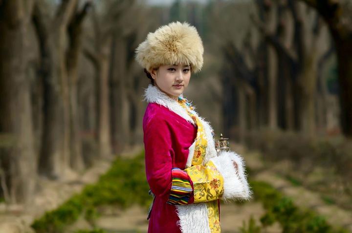 藏族服装主要特点是长袖、宽腰、大襟。妇女冬穿长袖长袍,夏着无袖袍,内穿各种颜色与花纹的衬衣,腰前系一块彩色花纹的围裙。藏族同胞特别喜爱哈达,把它看作是最珍贵的礼物。 哈达是雪白的织品,一般宽约二、三十厘米、长约一至两米,用纱或丝绸织成,每有喜庆之事,或远客来临,或拜会尊长、或远行送别,都要献哈达以示敬意。藏袍是藏族的主要服装款式,种类很多,从衣服质地上可分锦缎、皮面、氆氇、素布等。